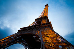 Torre Eiffel en tiro granangular de la noche de París Fotos de archivo