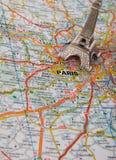 Torre Eiffel en un mapa de París Fotografía de archivo