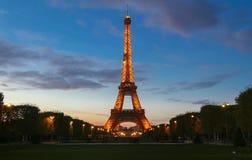 A torre Eiffel famosa no crepúsculo, Paris, França Foto de Stock