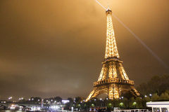 Torre Eiffel illuminata immagine stock