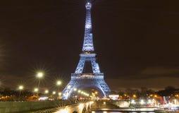 A torre Eiffel iluminada acima com a mensagem Merci Johnny - obrigado Johnny em francês em Paris na memória da estrela do rock fr Imagens de Stock