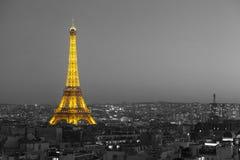 Torre Eiffel iluminada com Paris preto e branco Fotografia de Stock Royalty Free