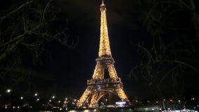 Torre Eiffel iluminada en París