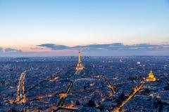 Torre Eiffel iluminada en París en la noche imagen de archivo libre de regalías
