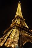 Torre Eiffel iluminada imagenes de archivo