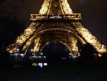 Torre Eiffel iluminated en la noche foto de archivo libre de regalías