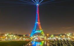A torre Eiffel iluminou-se acima com as cores da bandeira olímpica Fotos de Stock Royalty Free