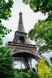 Torre Eiffel incorniciata con gli alberi verdi Immagine Stock