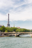 Torre Eiffel a lo largo de la jábega del río Fotos de archivo