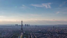 A torre Eiffel na em um dia ensolarado video estoque