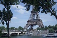 A torre Eiffel na frente do Seine Imagem de Stock Royalty Free