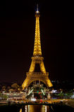 A torre Eiffel na noite Fotografia de Stock
