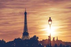 Torre Eiffel nell'ambito del tramonto di Parigi immagini stock libere da diritti