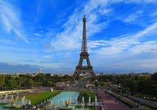 Torre Eiffel nella vista scenica di Parigi con il cielo blu Fotografia Stock Libera da Diritti