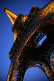 A torre Eiffel no crepúsculo Imagens de Stock