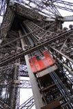 Torre Eiffel París, elevador rojo Fotos de archivo