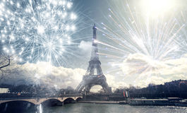 Torre Eiffel París, Francia con los fuegos artificiales Fotos de archivo libres de regalías