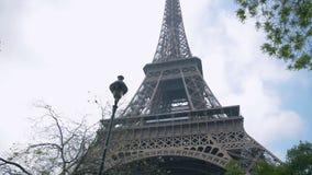 Torre Eiffel, París, Francia, Europa La vista del icono famoso del viaje y del turismo en el d3ia en verano salta con el azul almacen de metraje de vídeo