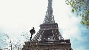 Torre Eiffel, París, Francia, Europa La vista del icono famoso del viaje y del turismo en el d3ia en verano salta con el azul almacen de video