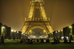 Torre Eiffel, París por noche Fotos de archivo libres de regalías