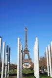 Torre Eiffel París a través del monumento de la paz Imágenes de archivo libres de regalías