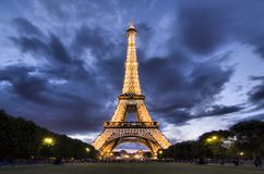 Torre Eiffel a Parigi alla notte Fotografia Stock Libera da Diritti