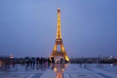 Torre Eiffel a Parigi con i turisti al crepuscolo Fotografie Stock