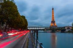 Torre Eiffel a Parigi con la manifestazione leggera di prestazione alla notte Immagini Stock