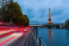 Torre Eiffel a Parigi con la manifestazione leggera di prestazione alla notte Fotografie Stock Libere da Diritti