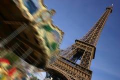 Torre Eiffel, Parigi e merry-go-round commovente fotografie stock