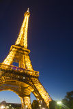 Torre Eiffel a Parigi entro la notte Immagine Stock
