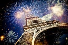 Torre Eiffel & x28; Parigi, France& x29; con i fuochi d'artificio Immagini Stock Libere da Diritti