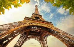 Torre Eiffel a Parigi Francia con i raggi luminosi dorati Fotografie Stock Libere da Diritti