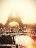 Torre Eiffel, Parigi Nebbia di alba Immagine Stock Libera da Diritti