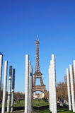 Torre Eiffel Parigi tramite il memoriale di pace Immagini Stock Libere da Diritti
