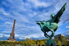Torre Eiffel, Paris, Fance. Estátua de Jeanne D'Arc imagem de stock
