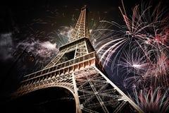 Torre Eiffel & x28; Paris, France& x29; com fogos-de-artifício foto de stock