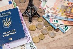 Torre Eiffel, pasaporte, dinero euro en el escritorio foto de archivo
