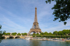 Torre Eiffel pelo rio fotografia de stock royalty free