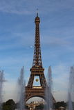 Torre Eiffel, pelota de tenis de Roland Garros en París, Francia Fotos de archivo