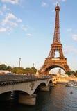 Torre Eiffel, ponte e rio Fotos de Stock Royalty Free