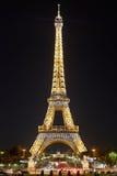 Torre Eiffel por la noche, luces que destellan en París Foto de archivo libre de regalías
