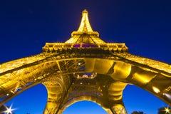 Torre Eiffel por noche Imagenes de archivo