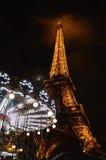 Torre Eiffel por noche Fotos de archivo