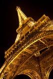 Torre Eiffel por noche. Visión cercana Foto de archivo libre de regalías
