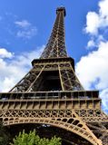 Torre Eiffel, prospettiva da sotto Parigi, Francia fotografia stock libera da diritti
