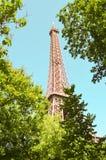 Torre Eiffel quadro por árvores fotografia de stock