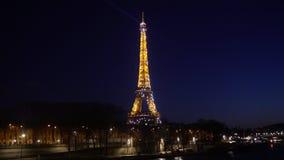 Torre Eiffel que destella en la noche