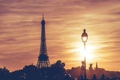 Torre Eiffel sob o por do sol de Paris imagens de stock royalty free