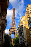 Torre Eiffel sobre edificios parisienses viejos en París Foto de archivo libre de regalías